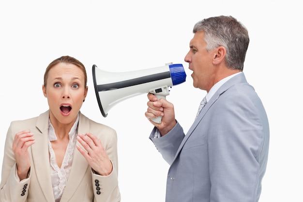 Biznesmen używa megafon po jego kolegi