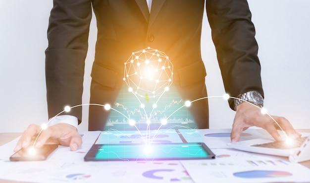 Biznesmen używa pojęcie wykresu dane pastylki analizy analizę z nowożytną technologią
