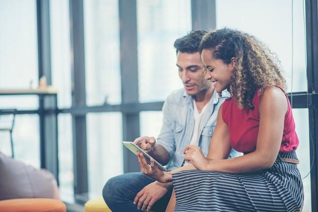 Biznesmen używa smartphone dla biznesu, kreatywnie biznesowy online pojęcie
