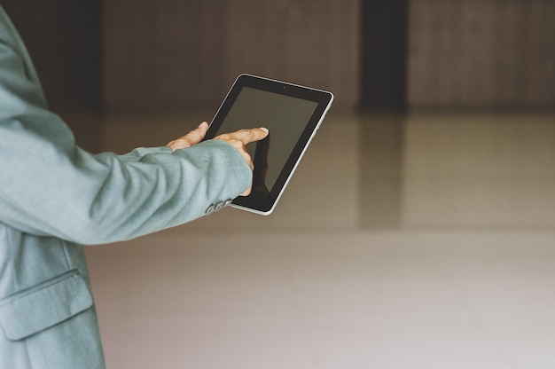Biznesmen używa technologię z pastylką, wsparcie techniczne obsługa klienta biznesowy technologia internet.