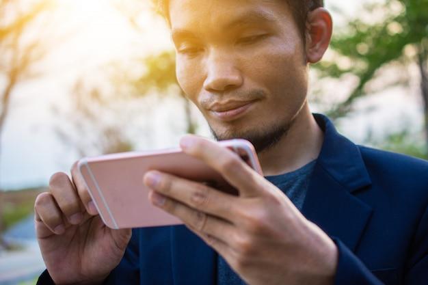 Biznesmen używać inteligentnego telefonu