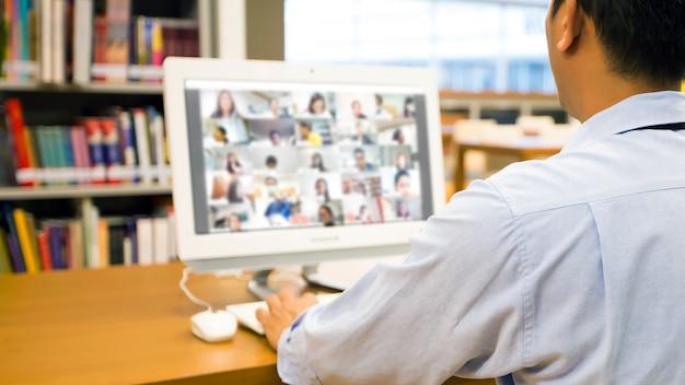 Biznesmen używać komputera do nauki online z programem do rozmów wideo.
