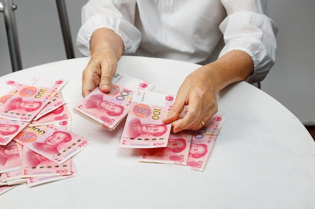 Biznesmen w białej koszuli z chińskich pieniędzy