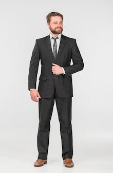 Biznesmen w biurowym kostiumu patrzeje daleko od