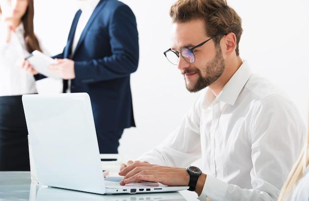 Biznesmen w biurze podłączony do sieci internetowej z komputerem. koncepcja firmy start-up