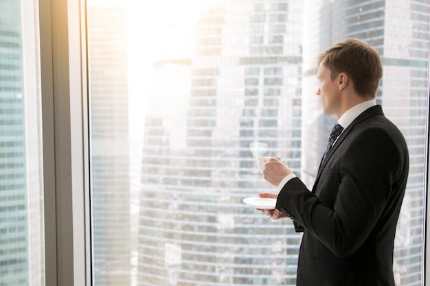 Biznesmen w biurze