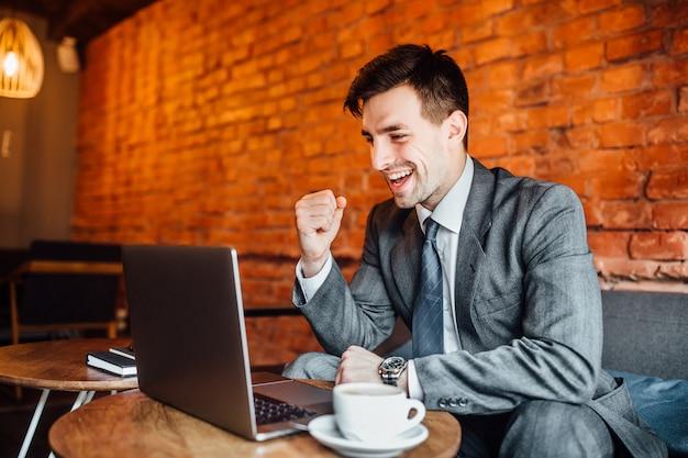 Biznesmen w caffe