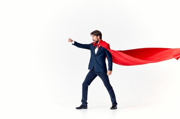 Biznesmen w czerwonym płaszczu na jasnej przestrzeni wygląda na garnitur superbohatera sukcesu bocznego