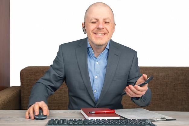 Biznesmen w domowym biurze pracy z dokumentami. kwarantanna podczas epidemii koronawirusa