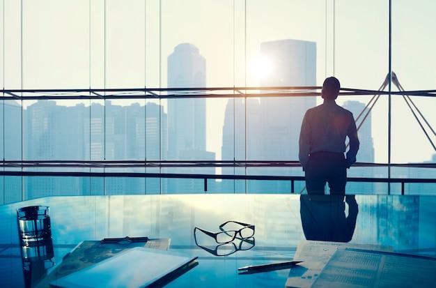 Biznesmen w dużym biurze
