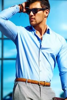 Biznesmen w formalne ubrania i okulary przeciwsłoneczne