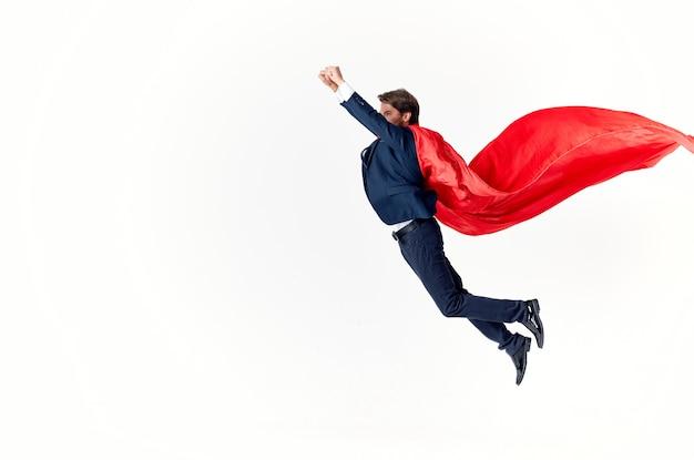 Biznesmen w garniturze czerwony płaszcz emocje moc superman