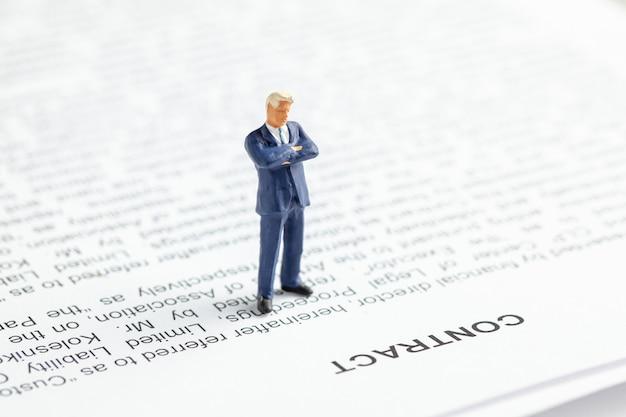 Biznesmen w garniturze i krawacie rozważa kontrakt