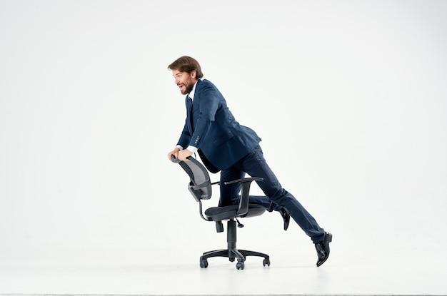 Biznesmen w garniturze jadący na krześle biurowym emocje