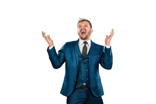 Biznesmen w garniturze jest podekscytowany sukcesem