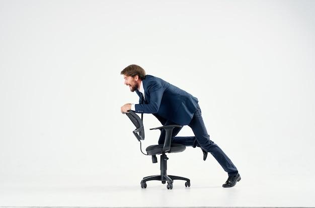 Biznesmen w garniturze jeździ na krześle kierownik pracy emocje