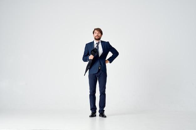 Biznesmen w garniturze kierownik biura pracy parasol w ręku