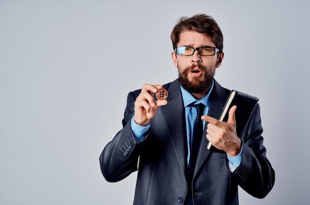 Biznesmen w garniturze kryptowaluta technologia badania bitcoin portfel elektroniczny