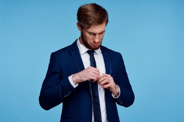 Biznesmen w garniturze na niebieskim tle