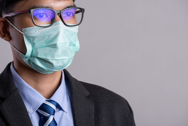 Biznesmen w garniturze noszenie maski ochronne