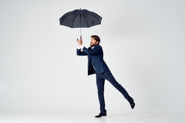 Biznesmen w garniturze ochrony parasola studio pewności siebie