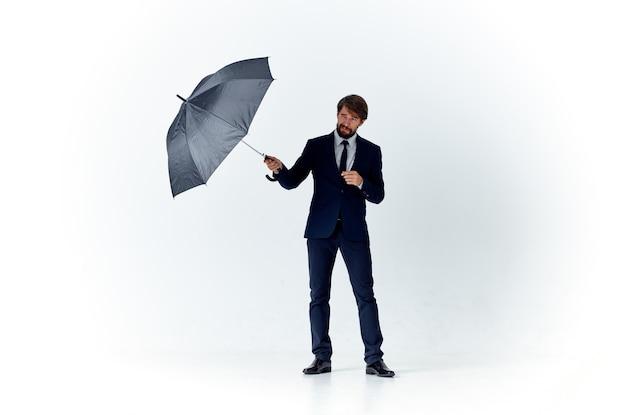 Biznesmen w garniturze parasol ochronny nad głową