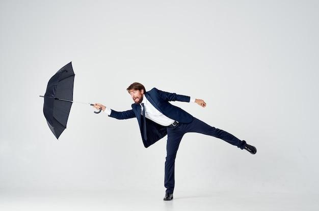 Biznesmen w garniturze parasol ochrony studio pewności siebie