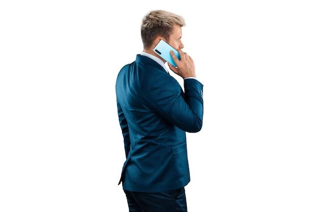 Biznesmen w garniturze rozmawia przez telefon na białym tle