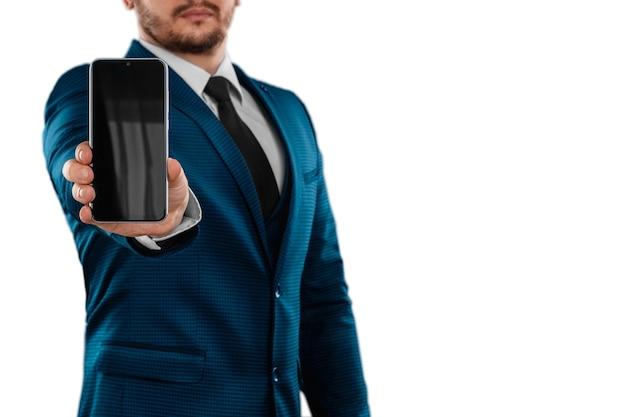 Biznesmen w garniturze wyciąga zbliżenie smartphone
