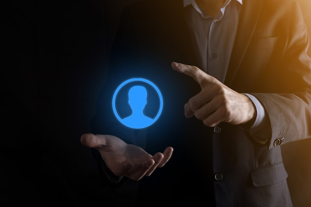 Biznesmen w garniturze wyciągając rękę ikonę użytkownika. ikony internetowe interfejsu pierwszego planu.