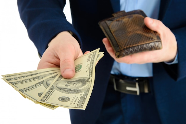 Biznesmen w garniturze wyjmuje dolara z portfela