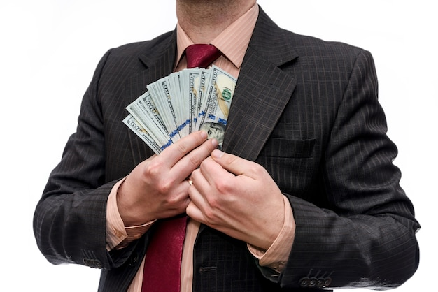 Biznesmen w garniturze z banknotów dolara na białym tle na białej ścianie