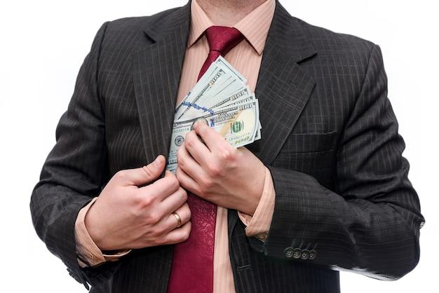 Biznesmen w garniturze z banknotów dolara na białym tle