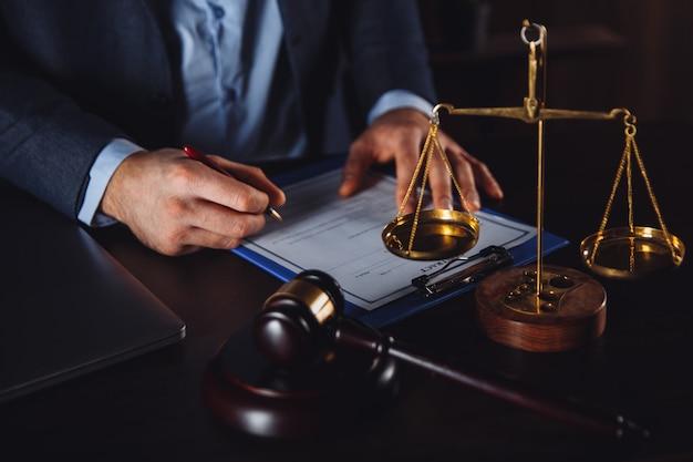 Biznesmen w garniturze z dokumentami adwokata i prawnika na białym tle
