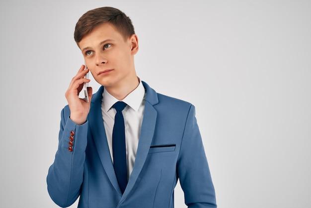Biznesmen w garniturze z krawatem rozmawia przez telefon z urzędnikiem