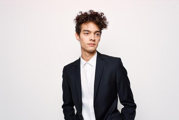 Biznesmen w garniturze z kręconymi włosami pewny siebie elegancki styl