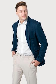 Biznesmen w granatowym garniturze do sesji zdjęciowej odzieży męskiej