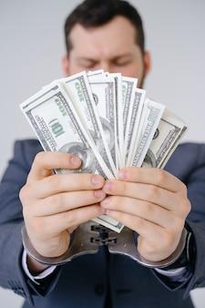 Biznesmen w kajdankach trzymać łapówki dolara