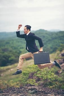 Biznesmen w kolorze działa w powietrzu jako symbol pozycji aktywnego życia. skyscape