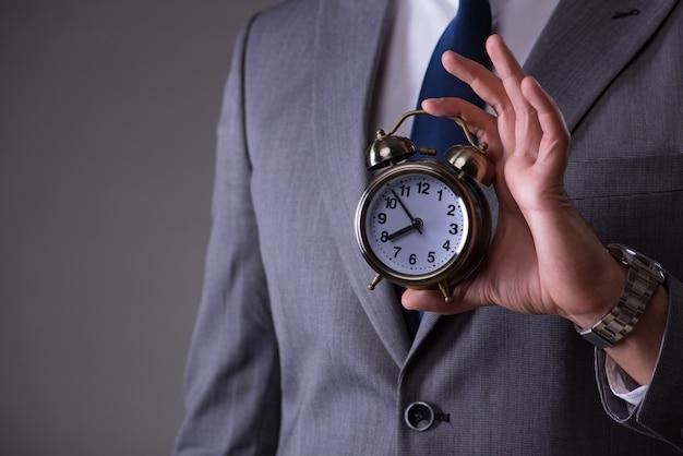 Biznesmen w koncepcji zarządzania czasem
