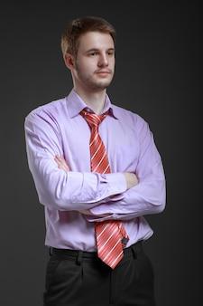 Biznesmen w koszuli i krawacie, stojąc w wolnej pozycji