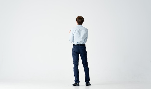 Biznesmen w koszuli z emocjami menedżera krawata pozowanie jasne tło