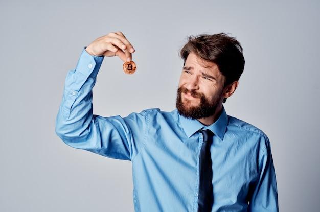 Biznesmen w koszuli z krawatem finansuje niezadowolenie z kryptowalut wirtualnych pieniędzy