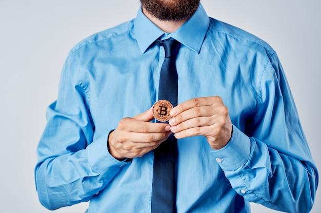 Biznesmen w koszuli z krawatem menedżerem kryptowalut