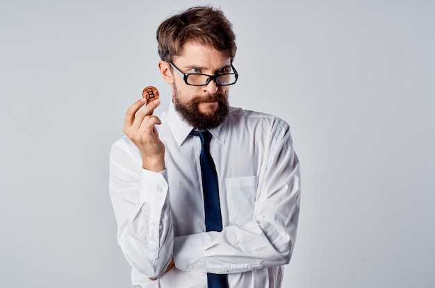 Biznesmen w koszuli z krawatem pieniądze internetowe kryptowaluta finanse