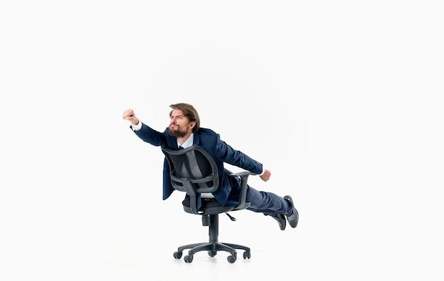 Biznesmen w krześle pracy kierownik biura finansów