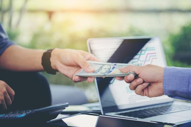 Biznesmen w liczeniu spotkań biznesowych i wypłacane pieniądze po negocjacjach z partnerami biznesowymi