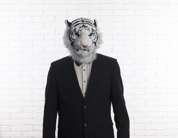 Biznesmen w masce tygrysa na białym tle