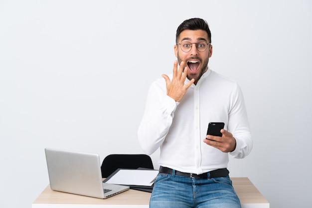Biznesmen w miejscu pracy z laptopem