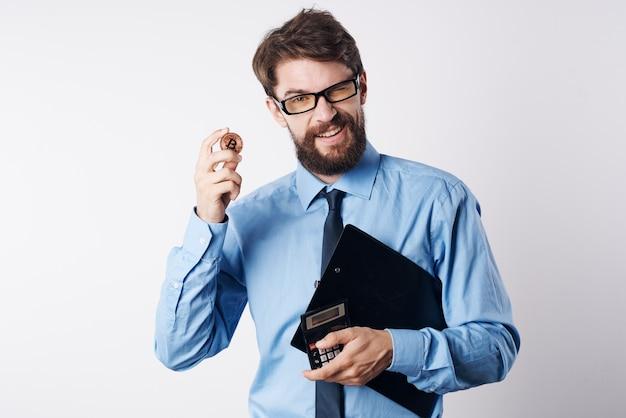 Biznesmen w niebieskiej koszuli inwestycja finansowa w kryptowalutę